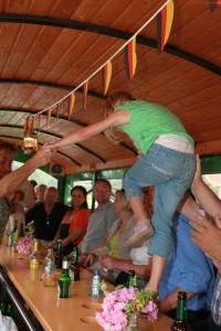 4009_Wenn die Hütte voll ist_gut gelaunt geht es über Tische und Bänke